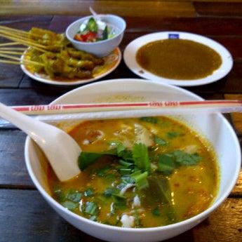 Photo taken at หมูสะเต๊ะแม่กำไร by Panjapak I. on 10/21/2011