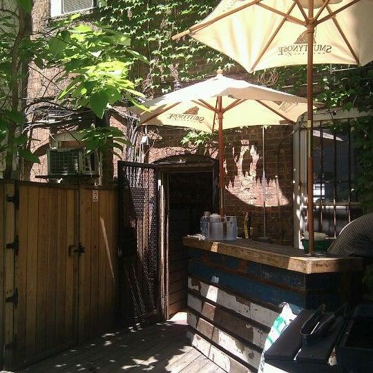 Das Foto wurde bei Sycamore Flower Shop + Bar von T. S. C. am 5/19/2012 aufgenommen