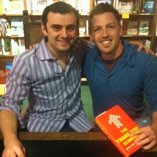 รูปภาพถ่ายที่ Tattered Cover Bookstore โดย Joe R. เมื่อ 4/21/2011