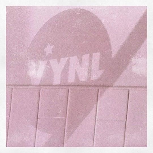 รูปภาพถ่ายที่ Vynl โดย Douglas G. เมื่อ 4/6/2011