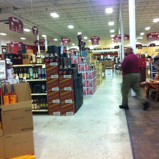 รูปภาพถ่ายที่ Binny's Beverage Depot โดย Jonathan C. เมื่อ 10/10/2011