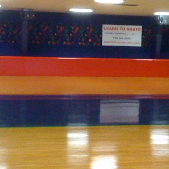 Das Foto wurde bei Skate Town von Fred C. am 7/7/2012 aufgenommen