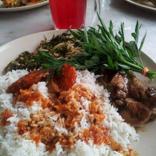 Photo taken at Restoran Sambal Hijau by Amir A. on 9/30/2011