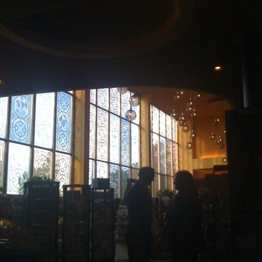 รูปภาพถ่ายที่ Tattered Cover Bookstore โดย Rick S. เมื่อ 6/13/2012