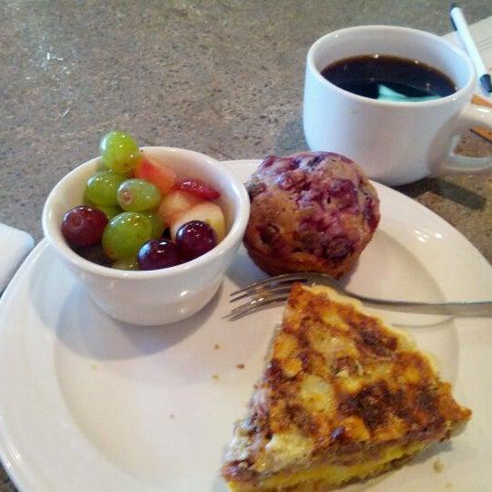 Foto tirada no(a) Crestwood Coffee Co. por Ian O. em 3/10/2012
