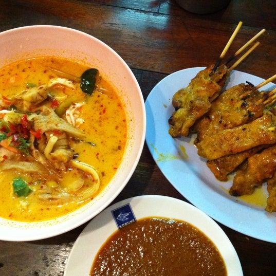 Photo taken at หมูสะเต๊ะแม่กำไร by Pum Y. on 5/11/2012