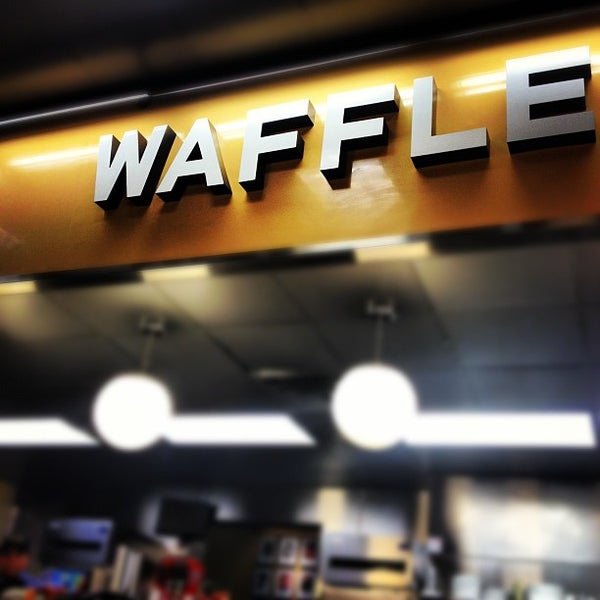 Photo taken at Waffle House by Jesse H. on 7/27/2012