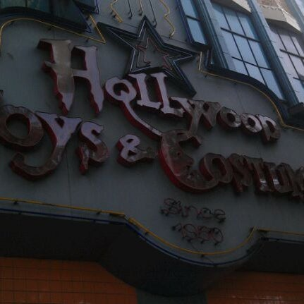 Photo taken at Hollywood Toys & Costumes by Shok on 9/24/2011