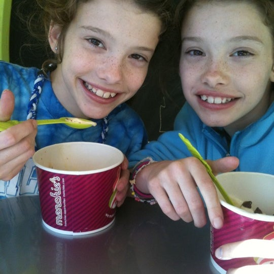 Photo taken at Menchie's Frozen Yogurt by Laura F. on 1/5/2012
