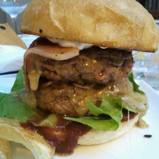 Foto scattata a QUARTO Burger & Drinks da emiliano M. il 7/29/2012