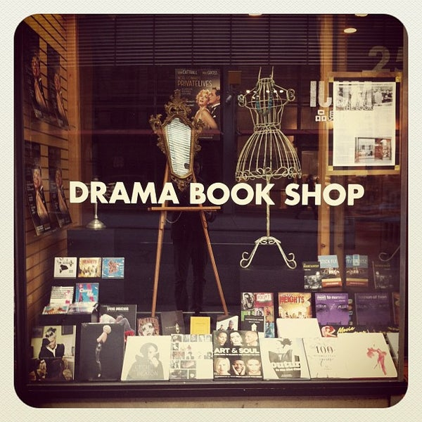 Foto tomada en Drama Book Shop por Justin D. el 11/12/2011