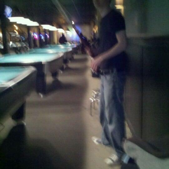 Foto scattata a Pressure Billiards & Cafe da Kylekylekyle il 12/1/2011
