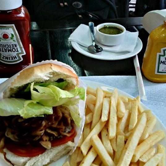 Foto tirada no(a) Brasil Burger por Carlos Eduardo S. em 12/12/2011