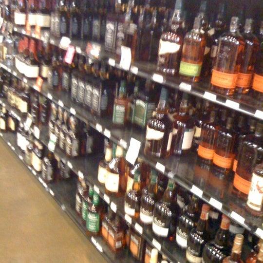 Foto tirada no(a) Argonaut Wine & Liquor por Alexander F. em 9/22/2011