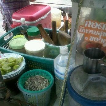 Photo taken at รถเข็นส้มตำ@โชคชัย4 by Rung K. on 3/28/2012