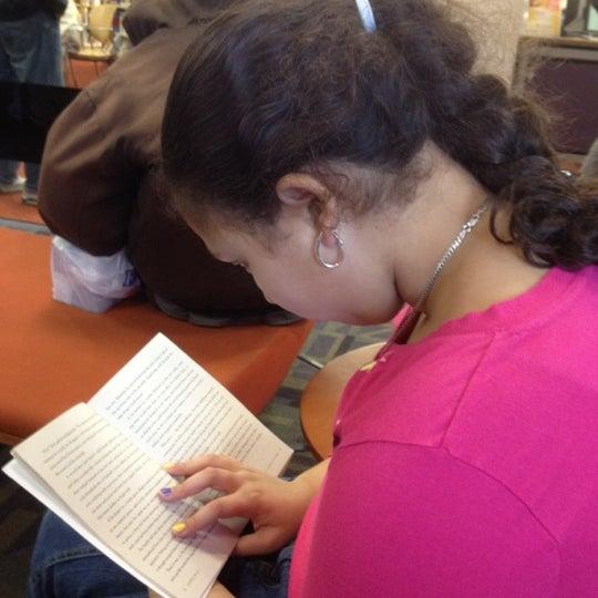 Foto tomada en Queens Library at Sunnyside por Pa P. el 2/18/2012