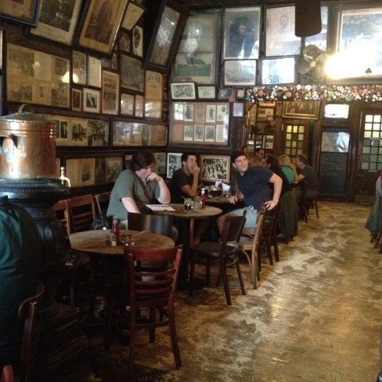 Photo prise au McSorley's Old Ale House par Karen H. le7/13/2012