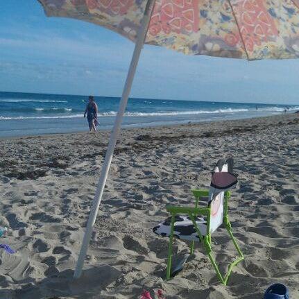 รูปภาพถ่ายที่ Boston's On The Beach โดย hugh s. เมื่อ 2/21/2012