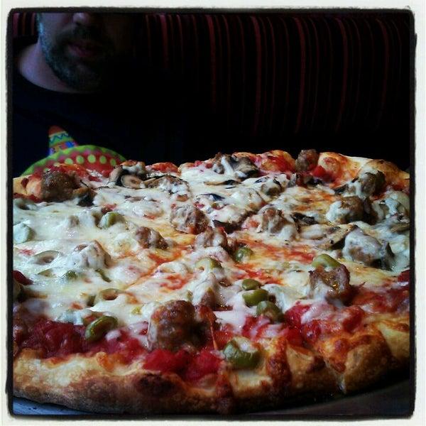 Foto tomada en Galactic Pizza por Sarah A. el 5/2/2012