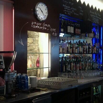 Foto scattata a Adriano's Bar & Café da Mark il 5/23/2011