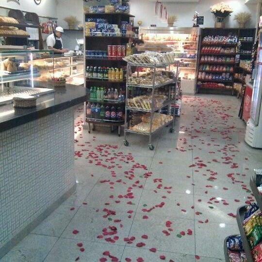 Foto tirada no(a) Padaria Crillon por Rafael P. em 5/13/2012
