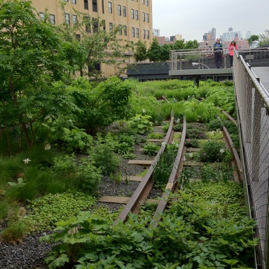 Photo taken at High Line 10th Ave Amphitheatre by Romualdo F. on 5/5/2012