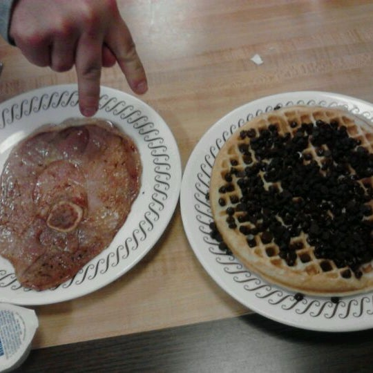 Photo taken at Waffle House by Leslie on 1/2/2012