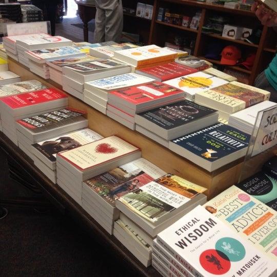 Foto tirada no(a) Politics & Prose Bookstore por Matt B. em 6/9/2012