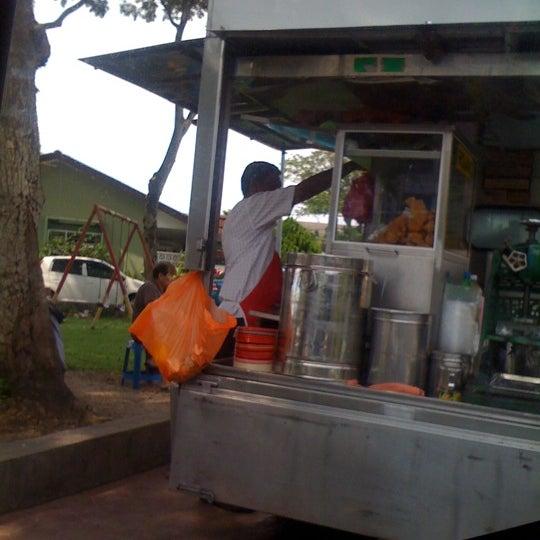 Photo taken at Cendol & Rojak Taman Bahagia by Apit B. on 11/14/2011