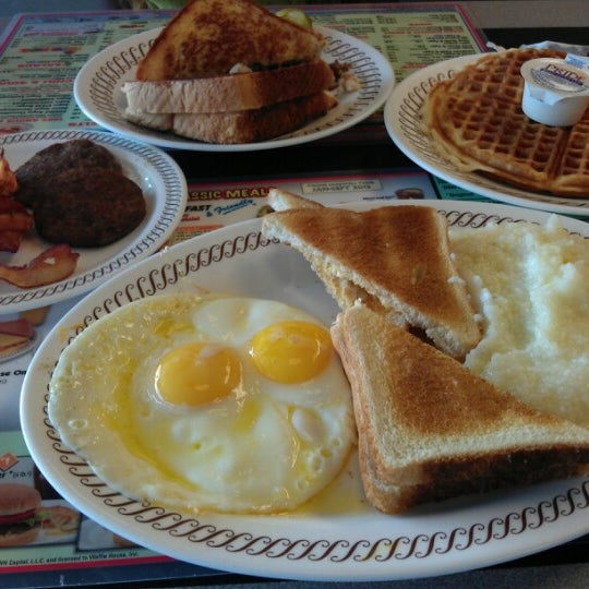 Photo taken at Waffle House by Gian G. on 7/6/2012