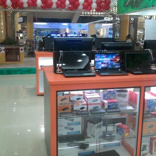 Photo taken at Safari Computadores by Edward R. on 5/14/2012
