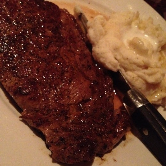Photo taken at LongHorn Steakhouse by Laura W. on 6/30/2012