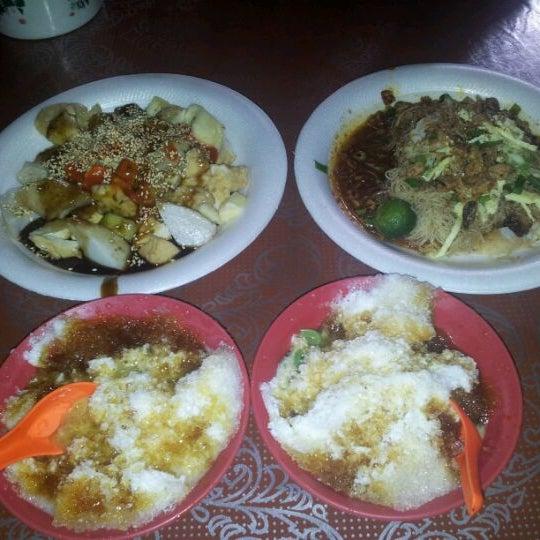 Photo taken at Donald & Lily Nyonya Food by Hua on 12/10/2011