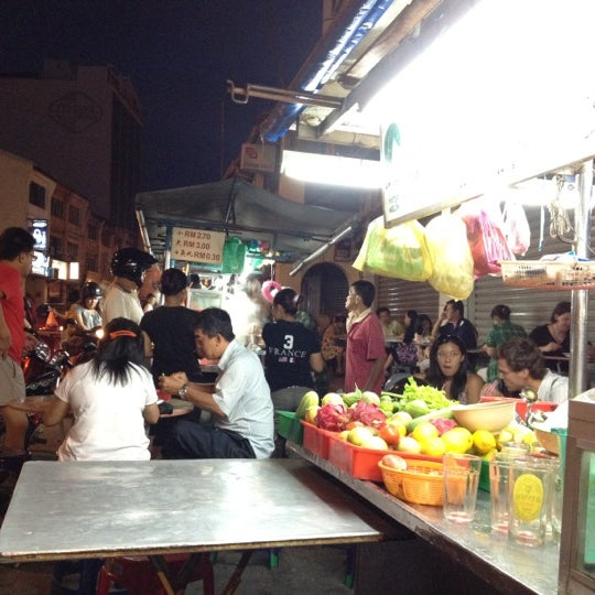 Photo taken at Chulia St. Night Hawker Stalls by Apirak P. on 5/13/2012