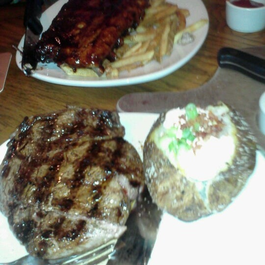 Photo taken at Outback Steakhouse by {NIIKKII} on 8/19/2012