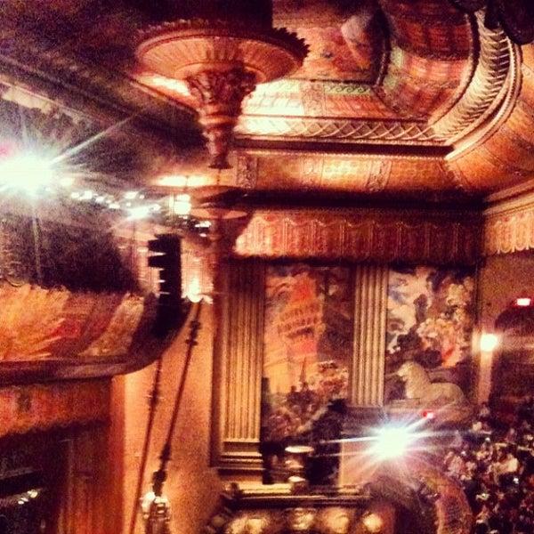 รูปภาพถ่ายที่ Beacon Theatre โดย Dina B. เมื่อ 5/5/2012