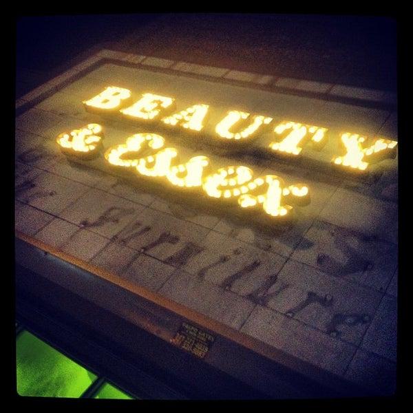 6/1/2012 tarihinde Scott D.ziyaretçi tarafından Beauty & Essex'de çekilen fotoğraf
