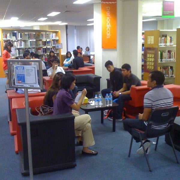 Photo taken at Lien Ying Chow Library 连瀛洲图书馆 by Keen Len C. on 12/5/2011