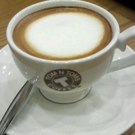 Photo taken at TOM N TOMS COFFEE by hansaem J. on 1/30/2012