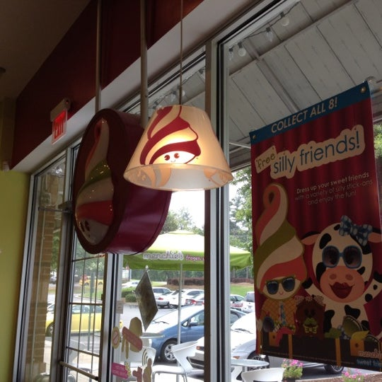 Photo taken at Menchie's Frozen Yogurt by Kym H. on 7/1/2012
