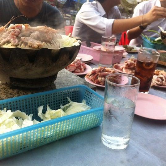 Photo taken at ร่มไทร หมูกระทะ by BoaT'e X. on 1/18/2012