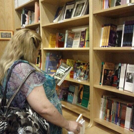 Foto tomada en Drama Book Shop por Darve S. el 6/16/2012