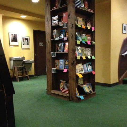 รูปภาพถ่ายที่ Tattered Cover Bookstore โดย Sarah B. เมื่อ 5/18/2012