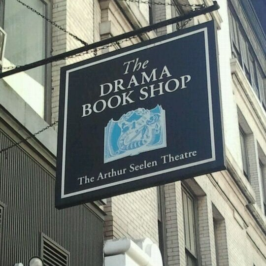 Foto tomada en Drama Book Shop  por Mike D. el 4/17/2012