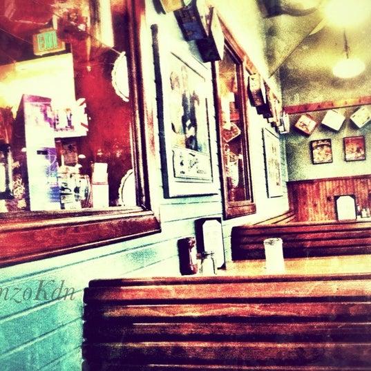 Снимок сделан в Annie's Cafe & Bar пользователем rnzo k. 8/8/2012