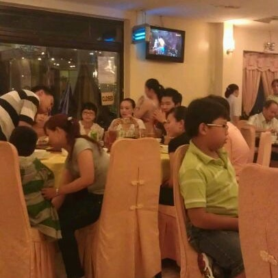 Photo taken at Hoằng Long Restaurant by Khang D. on 11/6/2011