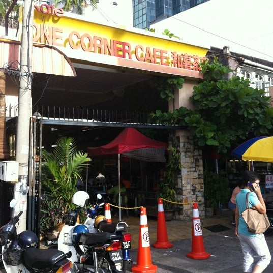 Photo taken at 1 Corner Cafe by Chee Hun T. on 12/11/2011