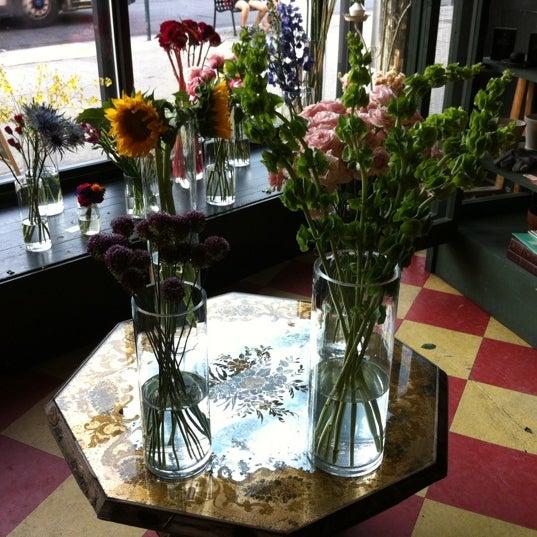 Das Foto wurde bei Sycamore Flower Shop + Bar von Will B. am 7/23/2011 aufgenommen