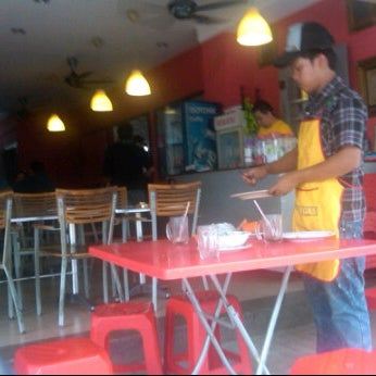Photo taken at Restoran Warisan Maju by Izzuddin S. on 9/12/2011