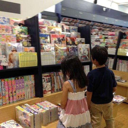 รูปภาพถ่ายที่ Kinokuniya Bookstore โดย umesan เมื่อ 5/28/2012